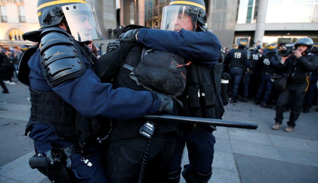 """Hasta el momento se han reportado tres manifestantes arrestados """"por actos violentos"""" contra agentes de la seguridad pública (Reuters)"""