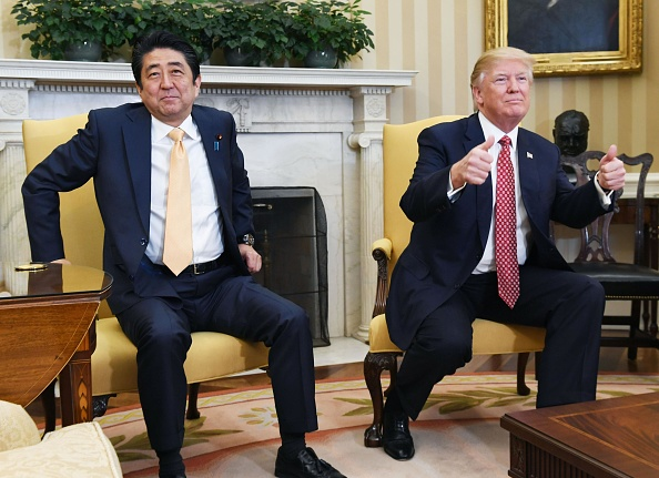Donald Trump y el primer ministro japones, Shinzo Abe. (Getty Images)