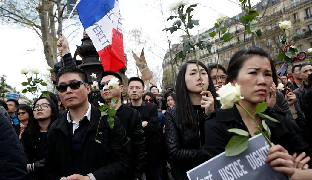 Miembros de la comunidad china francesa se reúnen durante una manifestación contra la violencia policial, en la plaza de la República en París, Francia. (EFE)