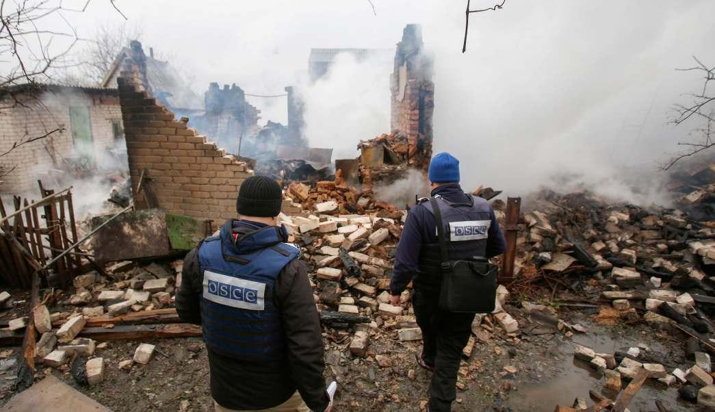 Observadores de la Organización para la Seguridad y la Cooperación en Europa (OSCE) inspeccionan un edificio privado destruido tras una fuerte explosión en Ucrania. (AP)