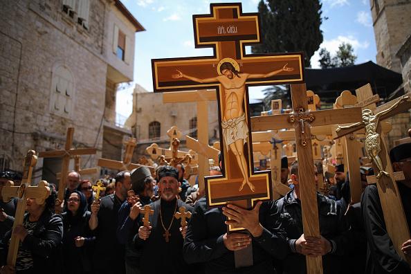 Fieles cristianos llevan cruces a la Iglesia del Santo Sepulcro mientras participan en una procesión del Viernes Santo en la Vía Dolorosa en la Ciudad Vieja de Jerusalén. (Getty Images)