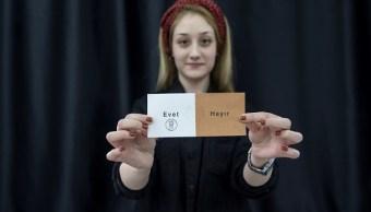 """Un funcionario electoral muestra una papeleta de votación con """"Sí"""" durante el conteo de votos en la mesa de votación del referéndum en Ankara, Turquía. (Getty Images)"""