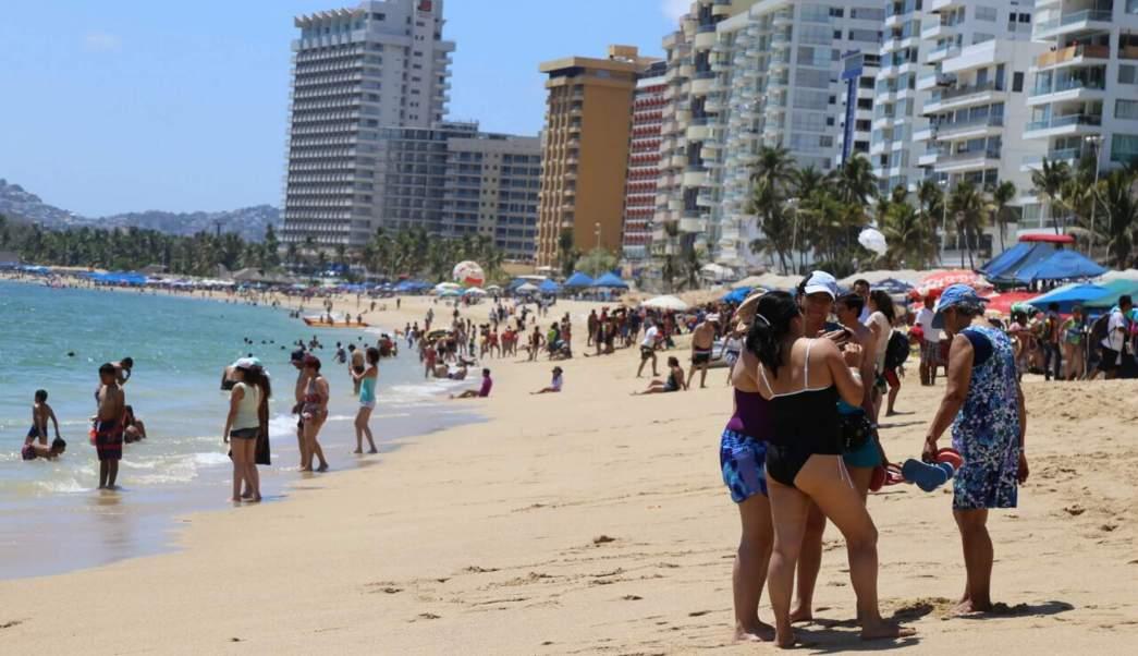 Una de las playas más concurridas de Acapulco es Revolcadero en la zona Diamante. (Notimex, archivo)