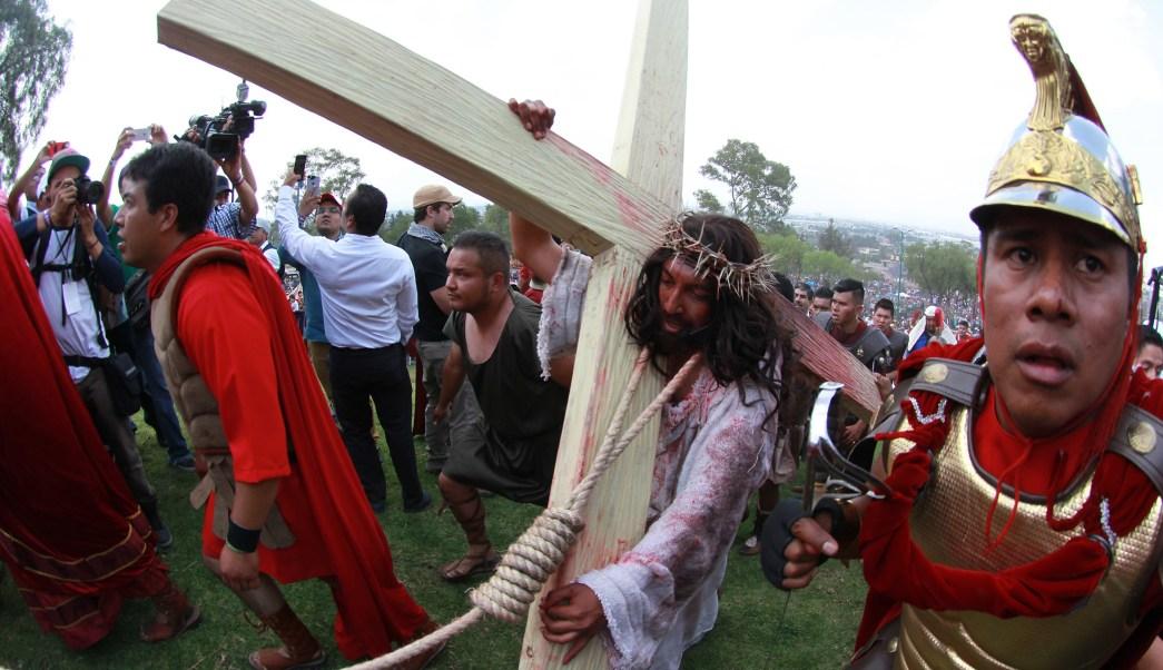 Escenificación del viacrucis y crucifixión de Jesús, durante la 174 representación de la Pasión de Cristo en Iztapalapa. (Notimex)