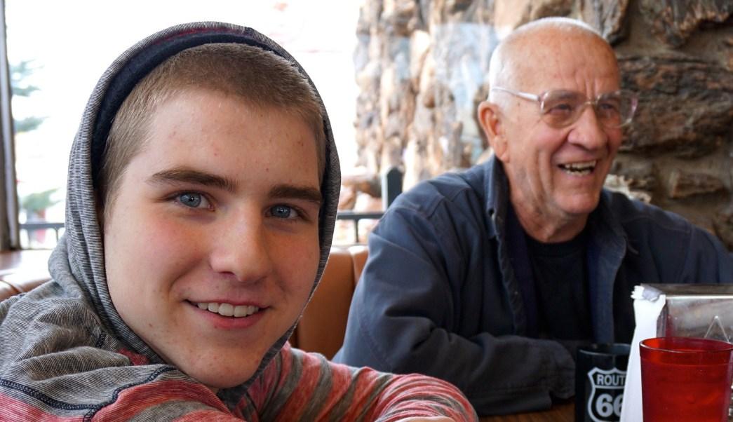abuelo ayuda a nieto a salir del closet