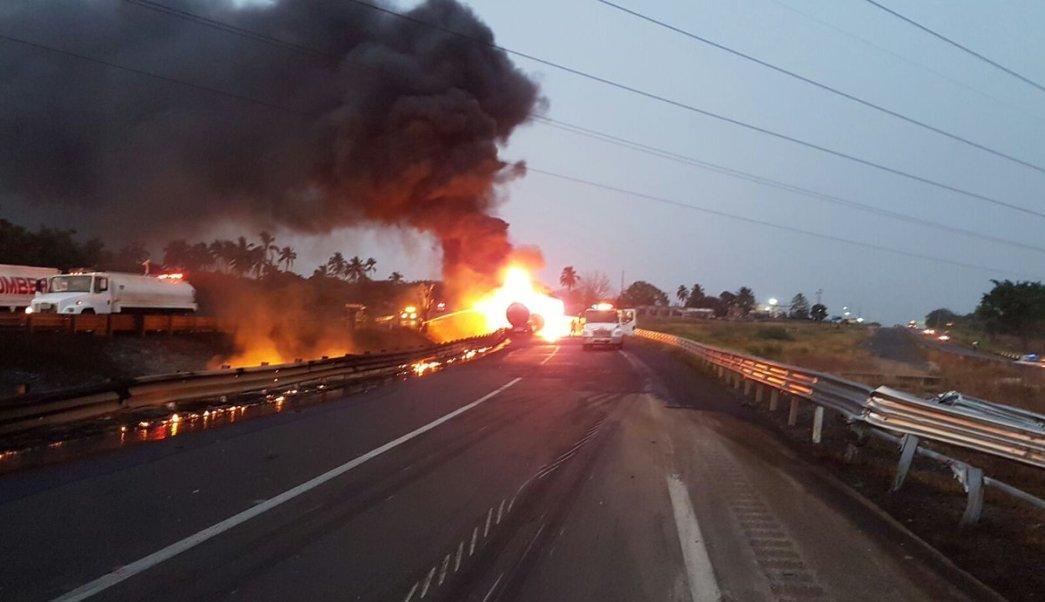 Policía Federal informa que se registra un accidente en el kilómetro 39+500 de la autopista Cosoleacaque. (Twitter/@PoliciaFedMx)