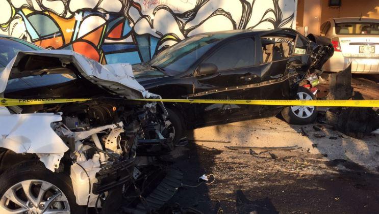 En Zapopan, un vehículo conducido a exceso de velocidad por un joven de 21 años, presuntamente en estado de ebriedad, se impactó contra autos estacionados en calles de la zona del Colli (Twitter @Trafico_ZMG)