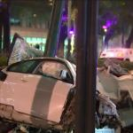 El vehículo accidentado, un BMW blanco con placas de circulación C33AJS, impactó contra la guarnición y un poste, provocando que los cuatro pasajeros salieran proyectados del auto (Noticieros Televisa)