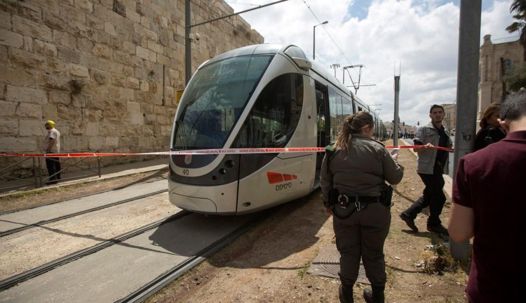 Policías investigan la muerte de una turista británica que fue apuñalada por un árabe israelí en el tranvía a su paso por la Ciudad Vieja en Jerusalén. (EFE)