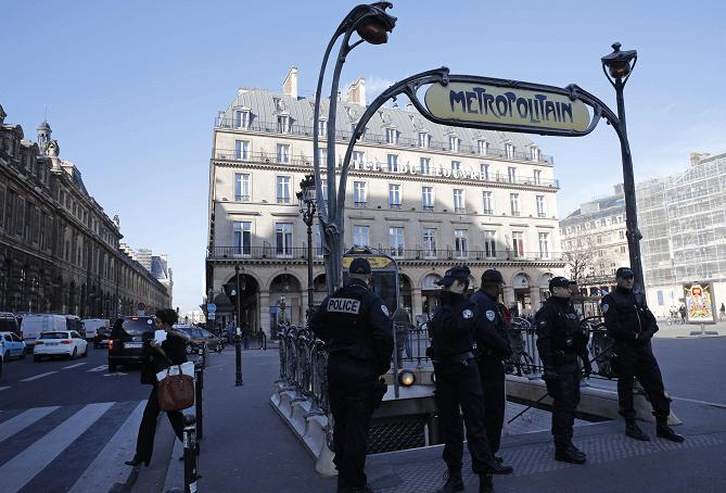 Agentes de la Policía francesa vigilan la entrada a una de las estaciones del metro en París. (AP, archivo)