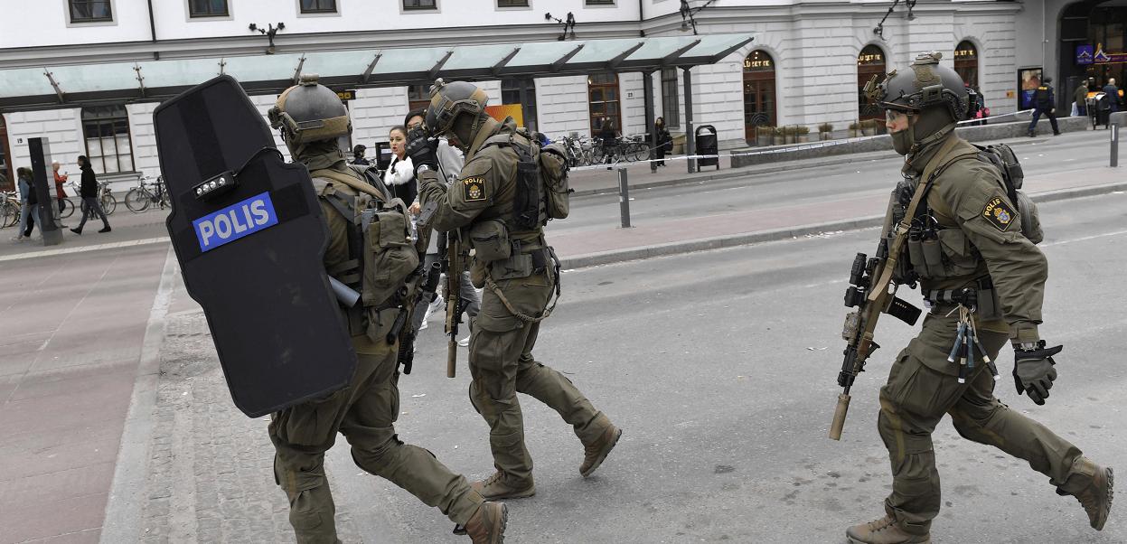 Agentes de la Policía sueca luego del atropellamiento en Estocolmo. (AP)