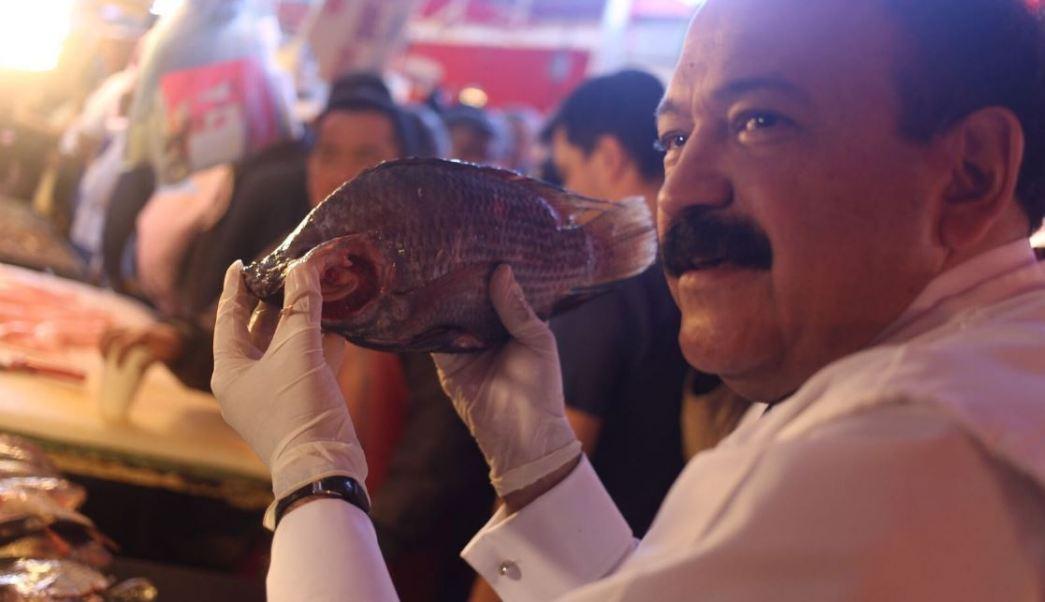 Luego de hacer un recorrido por algunos locales del mercado de 'La Nueva Viga', Armando Ahued llamó a la población a cuidarse de las infecciones gastrointestinales (Twitter/@A_Ahued)