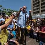 El presidente de la Asamblea Nacional, Julio Borges, habló con los congresistas durante una sesión pública especial en una plaza en Caracas, Venezuela. (AP)
