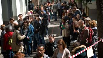 La gente se forma para emitir su voto en la primera vuelta de la elección presidencial en París, Francia. (AP)