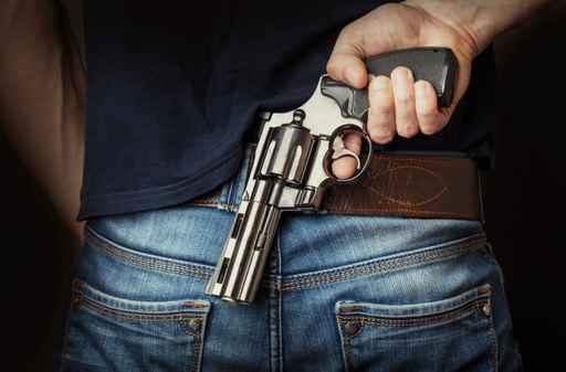 Al no conseguir un permiso oficial para portar armas, los comerciantes las consiguen de forma clandestina. (AP, archivo)