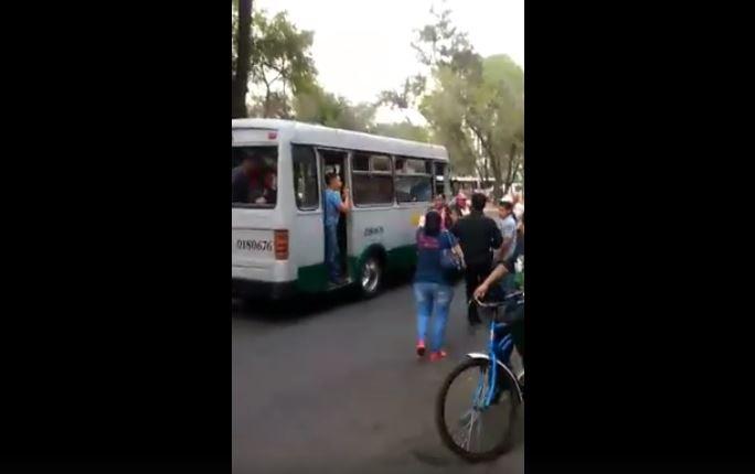 Tres supuestos ladrones de microbús son golpeados por usuarios (Redes sociales)