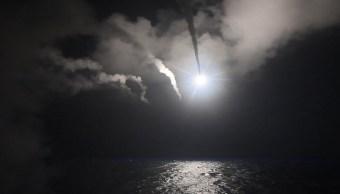 La nave de misiles USS Ross lanza un ataque con misiles Tomahawk contra una base aérea en Siria, lo que supone el primer ataque directo estadounidense contra el Gobierno del presidente Bashar Al Assad desde que comenzó la guerra civil en ese país. (AP)