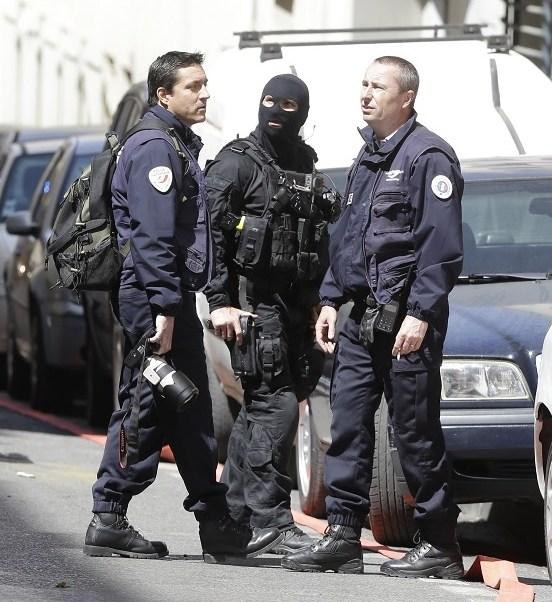 Policías franceses, en las calles de Marsella, en el sur de Francia frustran un posible atentado en vísperas de las votaciones presidenciales (AP)