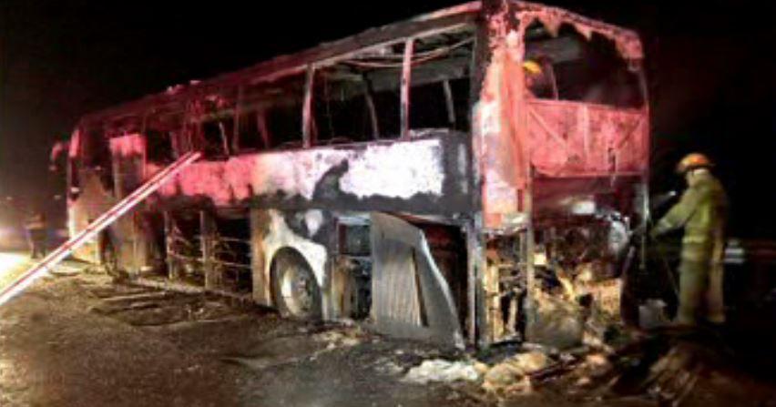 Autobús calcinado en la carretera a Saltillo, en García, Nuevo León (Noticieros Televisa)