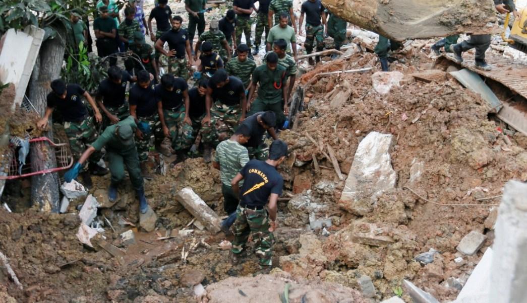 Militares trabajan durante una misión de rescate después de que un depósito de basura se derrumbó y enterró a decenas de casas en Colombo, Sri Lanka (Reuters)