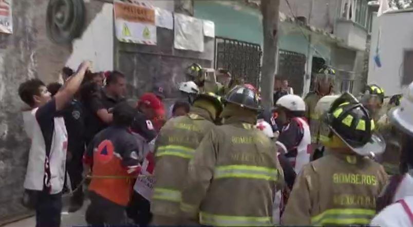 Los equipos de rescata atienden a un trabajador que tuvo problemas de respiración (Noticieros Televisa)