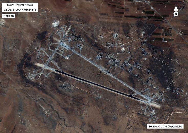 Esta imagen de satélite publicada por el Departamento de Defensa de los Estados Unidos muestra la base aérea de Shayrat en Siria. (AP)