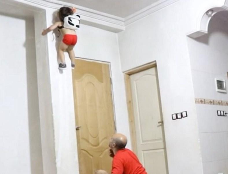 """Arat Hosseini es un niño iraní de tres años; lo consideran en redes sociales como """"spider baby"""" por escalar paredes (Instagram @arat.gym)"""