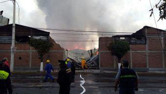 Bomberos realizan labores para sofocar el incendio en una fábrica de Toluca. (Noticieros Televisa)
