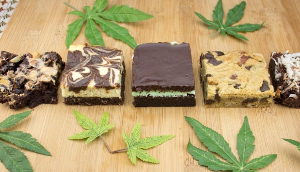 Algunos jóvenes compran la marihuana en la calle, consiguen la receta de los pastelillos en internet y ellos mismos los elaboran. (Twitter: @CannabisCheri/Archivo)