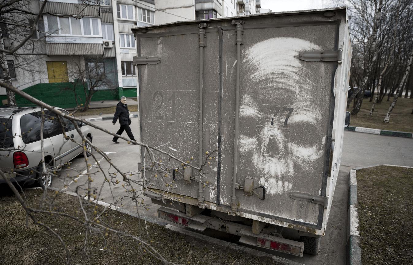 Camiones sucios sirven de lienzo a artista callejero  Nikita Golubev