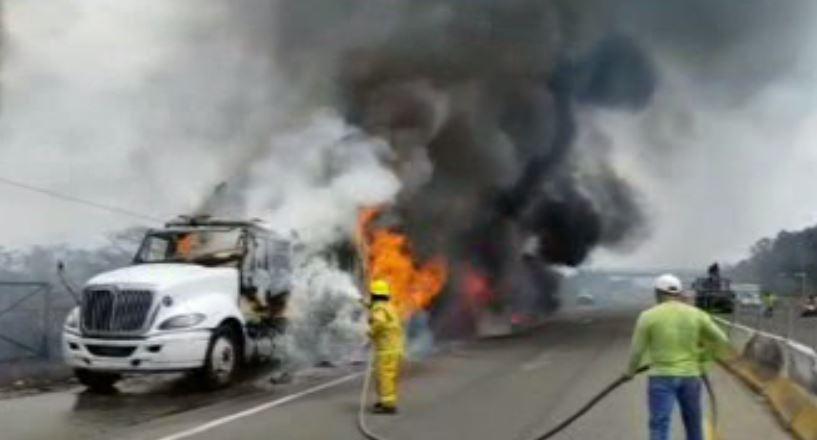 De acuerdo con Isidro Cruz Hernández, director de Emergencias de la Secretaría de Protección Civil, el incendio ocurrió debido a una presunta falla mecánica (Noticieros Televisa)
