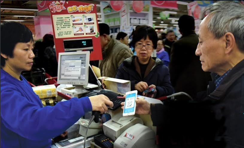 Una persona utiliza su teléfono celular para pagar servicios en China (Twitter @BetterThan_Cash)