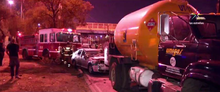 Choque de auto contra pipa de gas lp en avenida Zaragoza. (Noticieros Televisa)