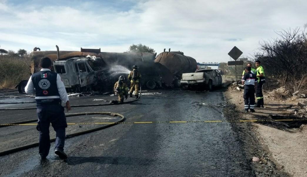 La explosión provocada por el percance obligó al cierre de la carretera Silao-San Felipe. (Twitter @PC_GTO)