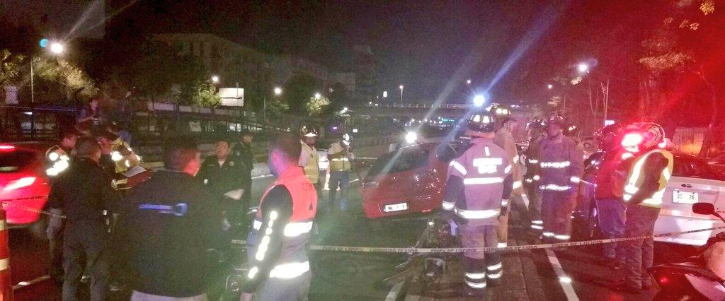 Cuerpos de rescate laboran en el lugar del accidente. (Twitter: @alertasurbanas)