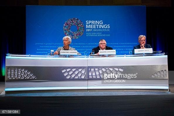 El gobernador del Banco de México, Agustín Carstens, (centro) durante una conferencia de prensa en la reunión del FMI (Getty Images)