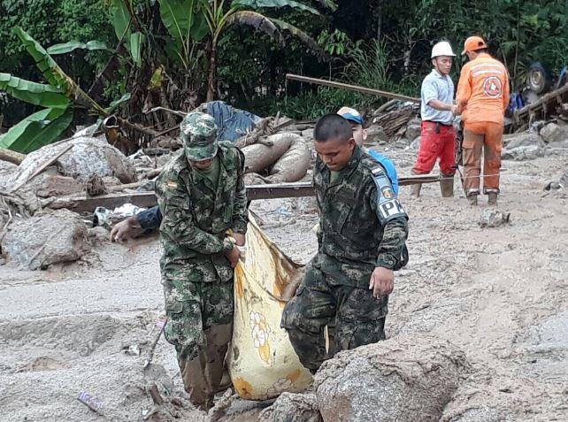 Colombianos buscan a cientos de familiares desaparecidos tras inundaciones