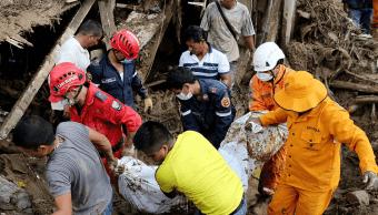 Continúa el rescate de víctimas tras deslizamiento de tierra en Colombia. (EFE)