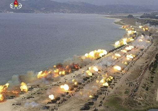 """Imagen tomada de video que muestra lo que se dijo fue una """"Demostración Combinada de Fuego"""" realizada para celebrar el 85 aniversario del ejército norcoreano (AP)"""