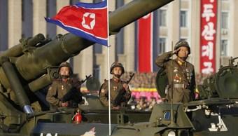 SSoldados de Corea del Norte montan un tanque en la plaza de Kim Il-Sung. (Getty Images)