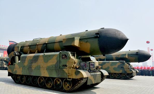 Un vehículo equipado con un tubo de lanzamiento para el nuevo misil balístico de alcance medio Pukguksong-2 fue visto durante un desfile militar en Pyongyang el 15 de abril de 2017 (Getty Images)