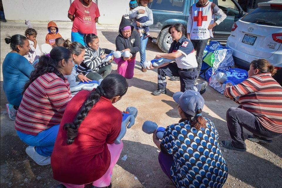 Personal de la Cruz Roja Mexicana capacita a madres sobre primeros auxilios (Facebook-Cruz Roja Mexicana)