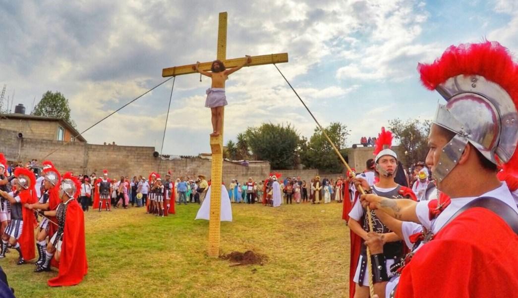 Representacion de la crucifixión de Jesús en Cuajimalpa. (Twitter: @AdrianRubalcava)