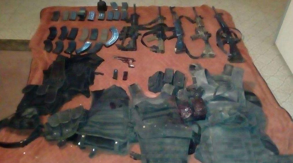 Tras el enfrentamiento se decomisaron armas (Fiscalía de Chihuahua)