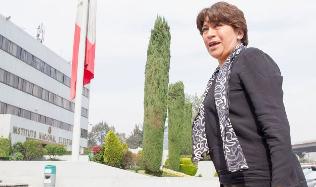 Delfina Góomez, candidata de Morena al gobierno del Estado de México, afuera del Instituto Nacional Electoral (Twitter @delfinagomeza)