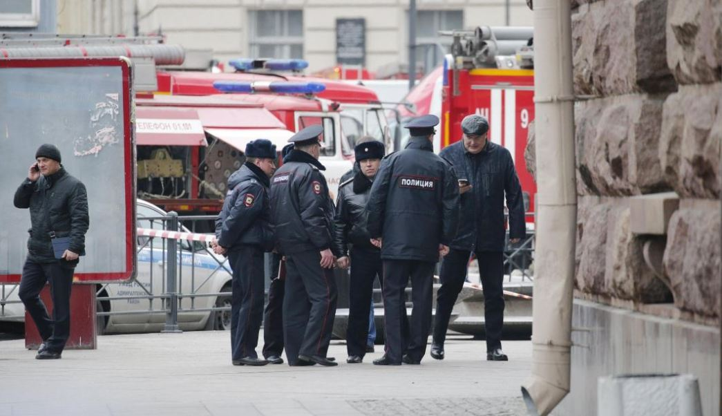 La Policía rusa desactiva un artefacto explosivo en un departamento de San Petersburgo, donde vivían los presuntos cómplices del terrorista suicida que mató a 14 personas con una bomba el lunes pasado en el metro de esa ciudad. (AP, archivo)