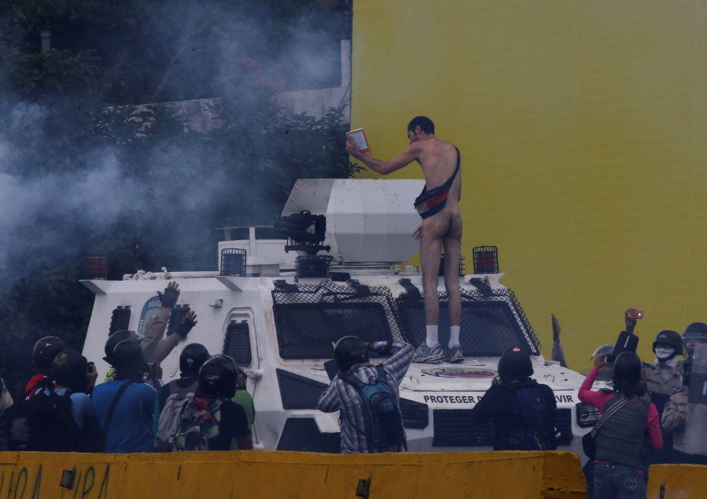 Joven desnudo se enfrenta a Policía venezolana