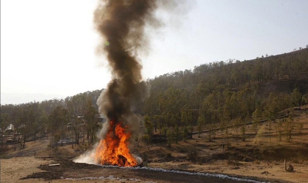 Incineración de narcóticos en Michoacán. (Twitter @Silvano_A)