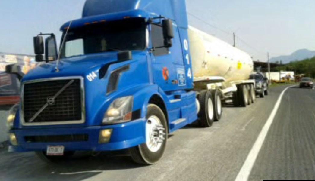 Tráiler cargado con miles de litros de gasolina; detienen a dos personas por el ilícito (Noticieros Televisa)Tráiler cargado con miles de litros de gasolina; detienen a dos personas por el ilícito (Noticieros Televisa)
