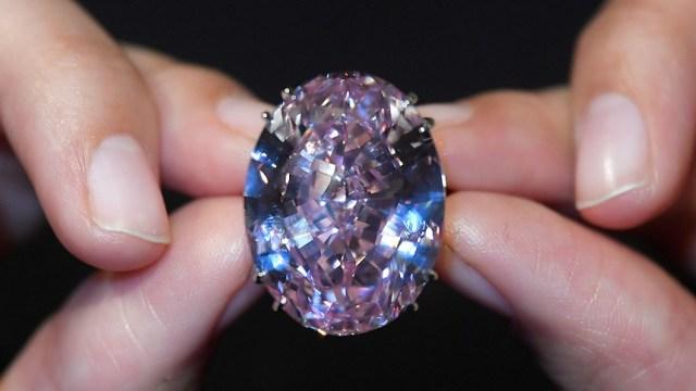 """El diamante de corte mixto de 59.60 quilates conocido como """"The Pink Star"""" es el diamante más grande clasificado por el Instituto Geológico de América (GIA), antes de ser subastado en Hong Kong por Sotheby's (Reuters)"""